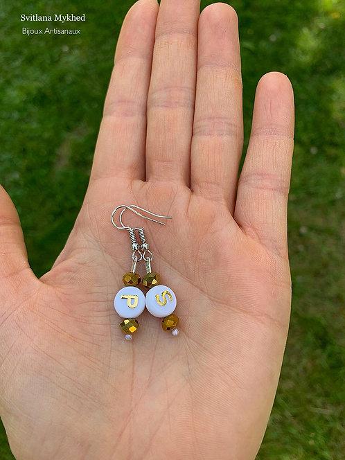 Boucles d'oreilles perles Cristales avec des initiales dorées P S. POSTE SCRIPTUM à personnaliser avec lettres de l'alphabet
