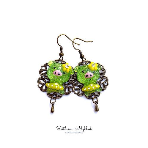 Boucles d'oreilles fantaisies DRÔLES COCHONS. PORCELETS DANSANT (acryliques vert glitter) sur support métal bronze filigrane