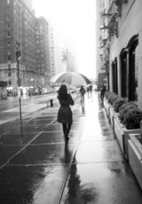 NY雨一人の女.jpg