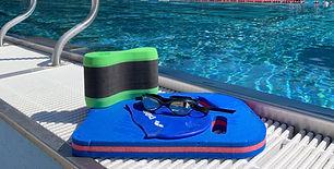 Schwimm-ausstattung bereit zur nutzung am Beckenrand