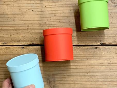 ポップなカラーのお茶缶