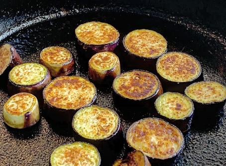 南部鉄器のすき焼き鍋でナスをグリルしました。