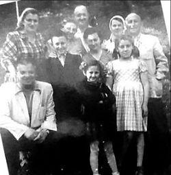 צרנוביץ 1947חיים דרובוקופאטל עם שרה ורוזה אוניה ובוריס גיטלמן .jpg