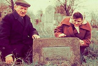ליד הקבר של אברום בצרנוביץ בתיה ושמואל 1
