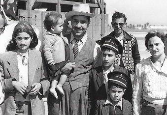 יחזקאל והמשפחה 1951 קטן.jpg