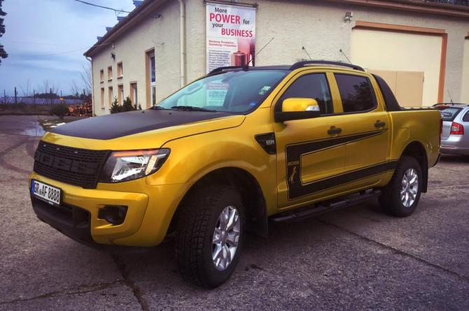 Komplettfolierung Ford Ranger inkl. Dekor mit Folie von 3M der Serie 1080 (goldgelb/mattschwarz)