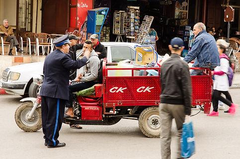 En rolig liten polis som gick runt och hade synpunkter på trafikanterna