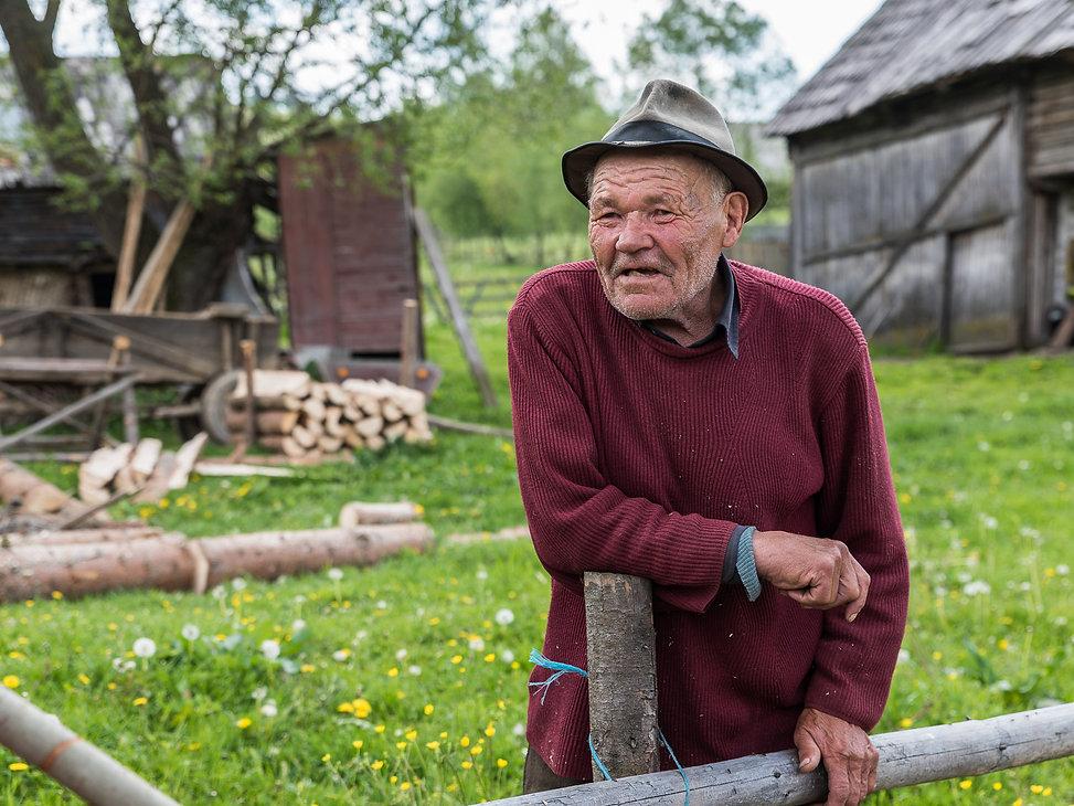 Pratade med en bonde och smakade på vattnet i hans källa.