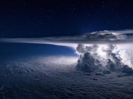 Piloto faz registro impressionante de tempestade a 11 mil metros