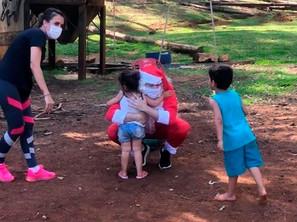 Juiz de Itá/SC se transforma em Papai Noel para alegrar crianças em abrigo municipal