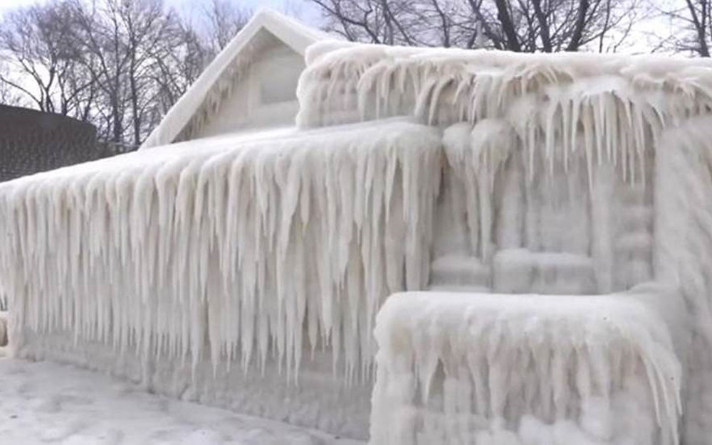 Onda de frio deixa casa em Nova York totalmente coberta de gelo