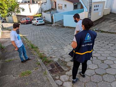 Força-tarefa multa e lacra saídas de esgoto em Florianópolis/SC