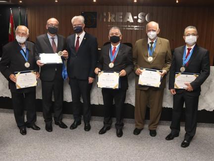 CREA-SC homenageia profissionais com a Medalha e Inscrição no Livro do Mérito