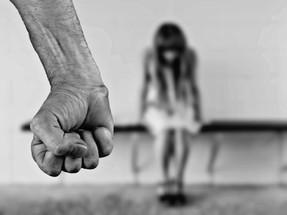Maioridade atual da vítima não impede aplicação de multa por descumprimento de dever dos pais
