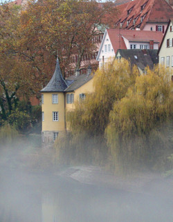 Hölderlinturm_im_Herbstnebel_Foto_Angelika_Thieme_c_Verkehrsverein_Tübingen