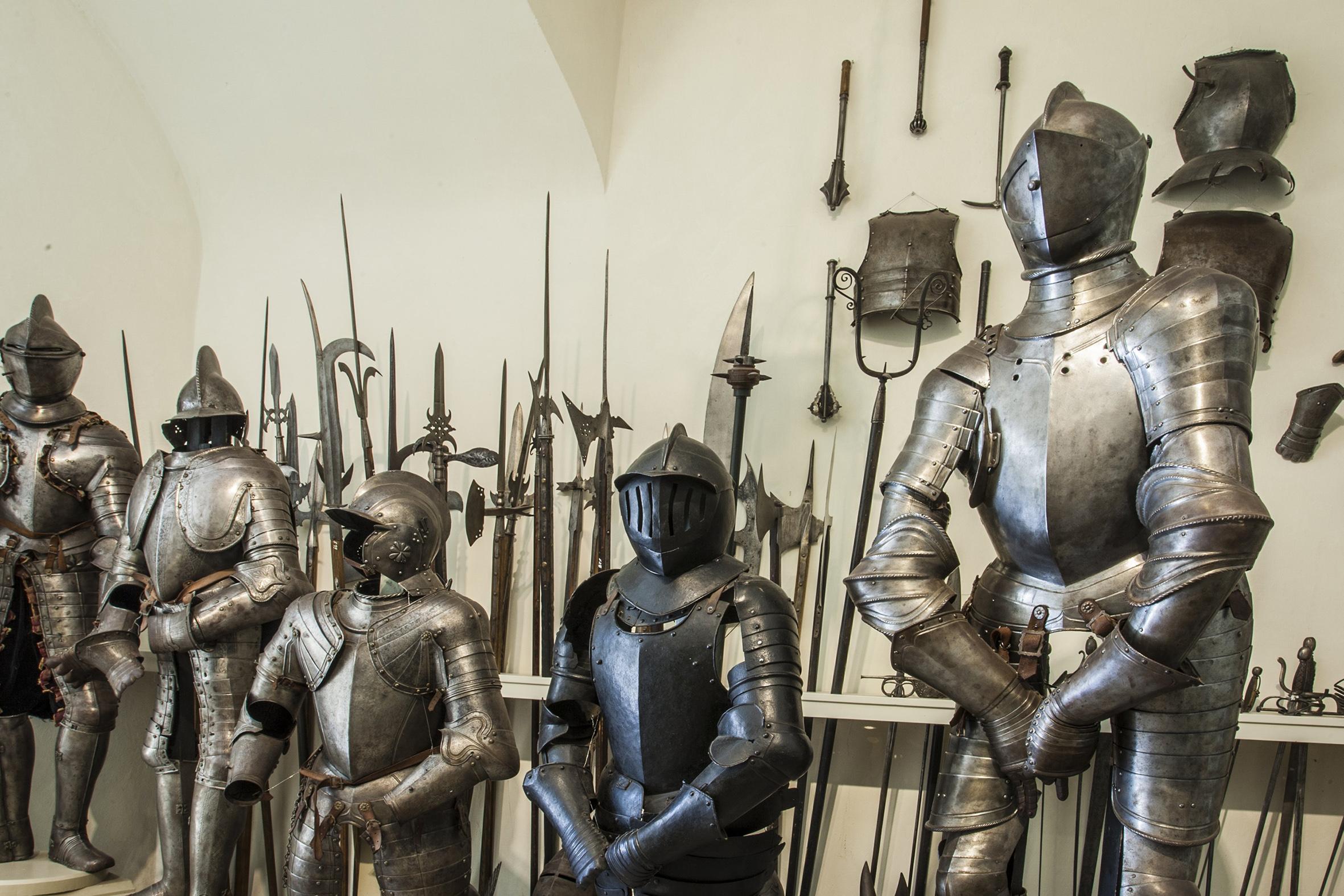中世の鎧が所狭しと並ぶ