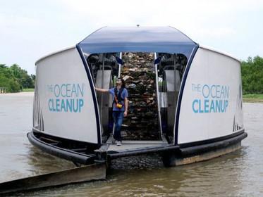 Jovem que inventou tecnologia para limpar oceanos cria barca solar que limpa rios