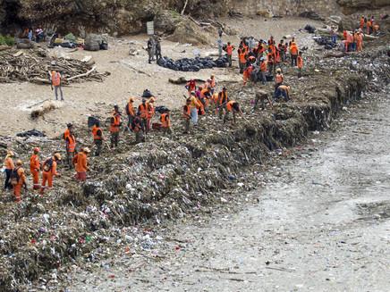 Toneladas de lixo são retiradas de praias na República Dominicana