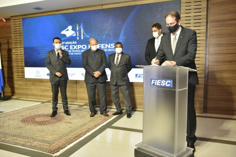 Presidente da FIESC, Mario Cezar de Aguiar, assina o termo de cooperação (foto: Fabricio de Almeida)