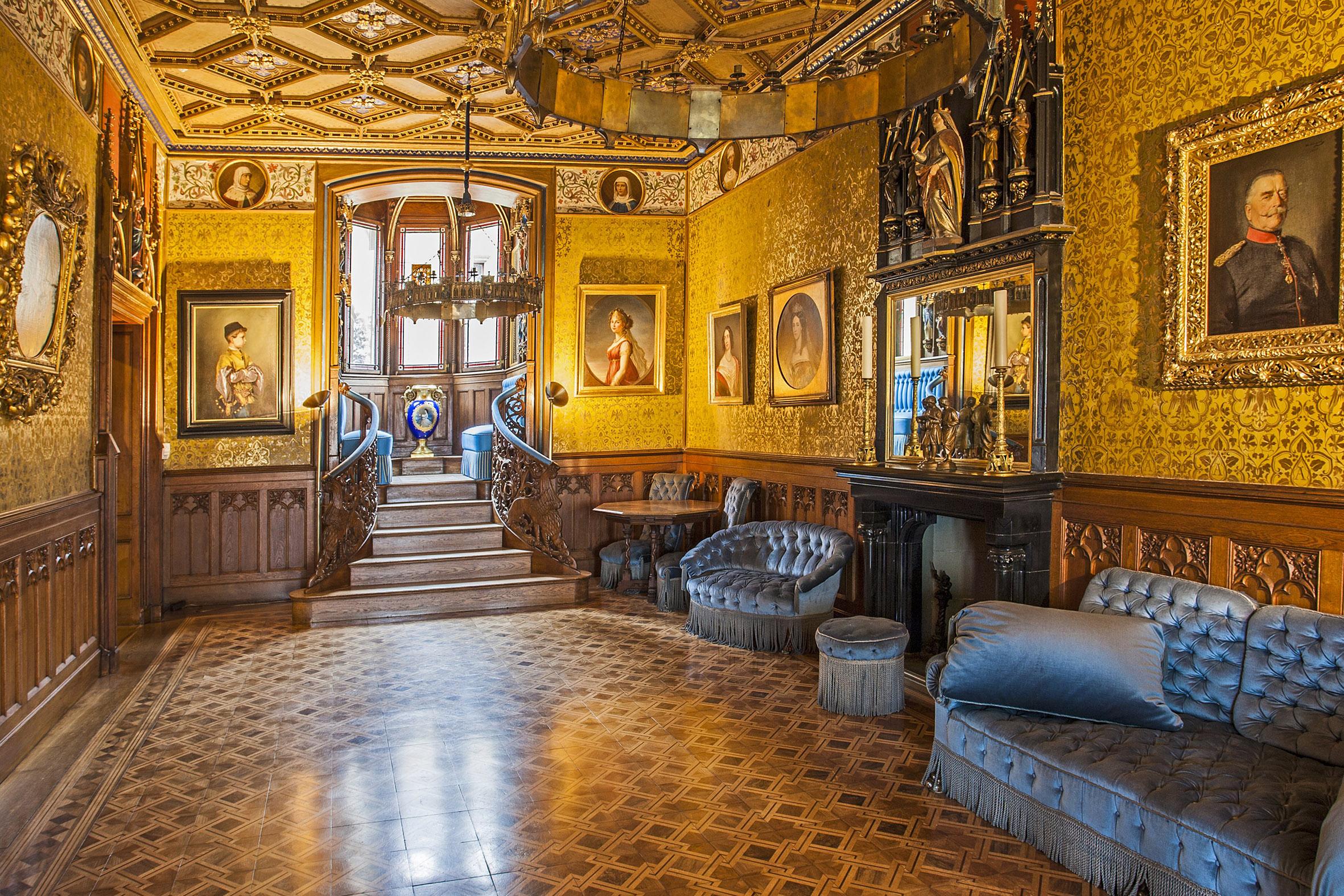 王妃の間。青の家具で統一されており「ブルーサロン」とも呼ばれる
