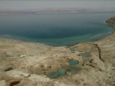 O impressionante encolhimento do Mar Morto: imagens aéreas mostram crateras formadas por recuo das á