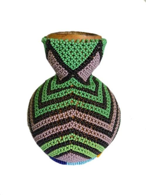 Vase en calebasse décoré de perles