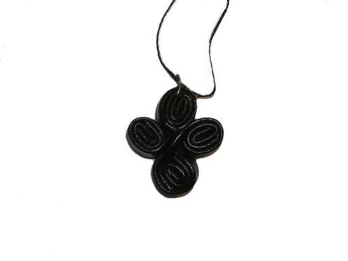 Pendentif  croix en cuir avec fil noir