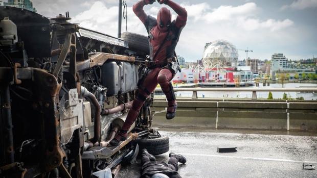 Deadpool chutando bundas no viaduto, ao fundo o Science World.