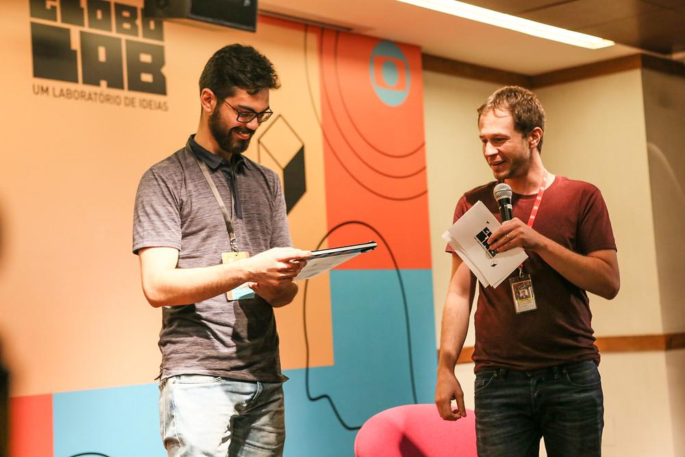 Diego Tavares recebe prêmio do Globo Lab.