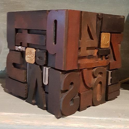 Oeuvre cubique avec pièces typographiques (moyen format)