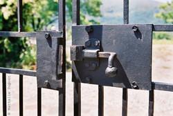 81 - Vieux loquet en fer, fermeture de grille en fer, vie.jpg