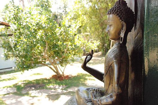 Buda na entrada da sala de atividades
