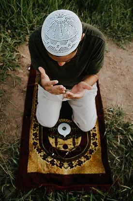 musulman qui prie en pleine nature
