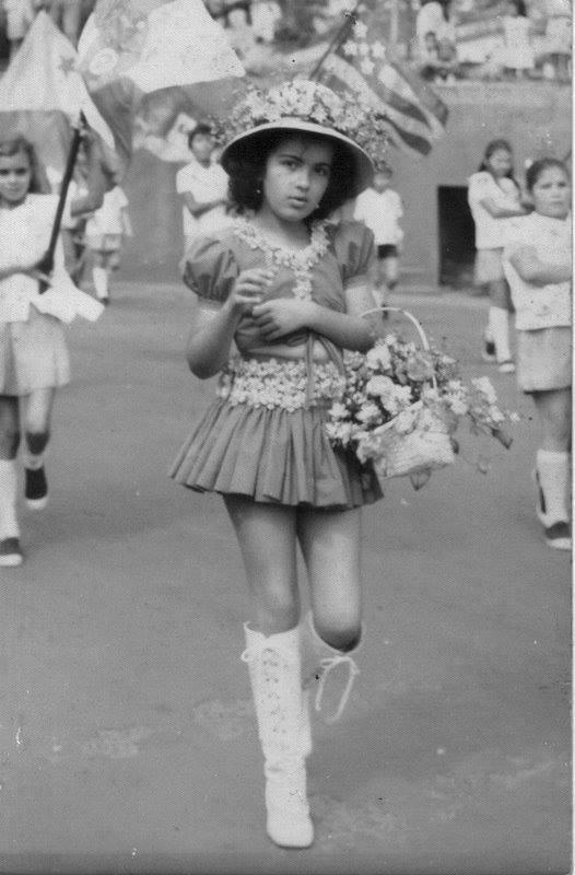 Maria Luiza Desfiando com Flores