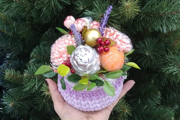 Букет астр с мандаринами и шишками в вязаной корзине