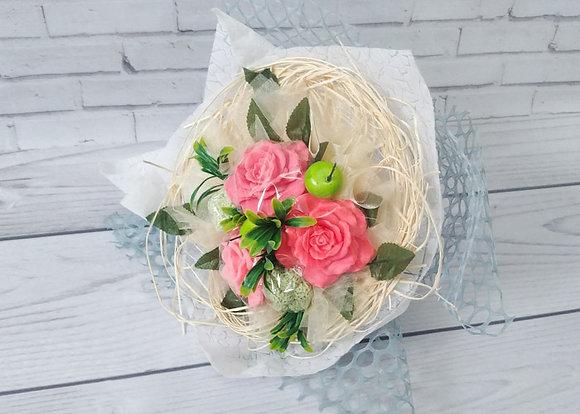 Букет из мыла алые розы и брунии фотография