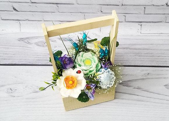 Букет цветов в деревянном ящике из астр, нарциссов и лотосов