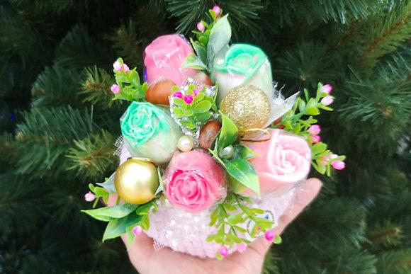 Букет роз в вязаной корзинке