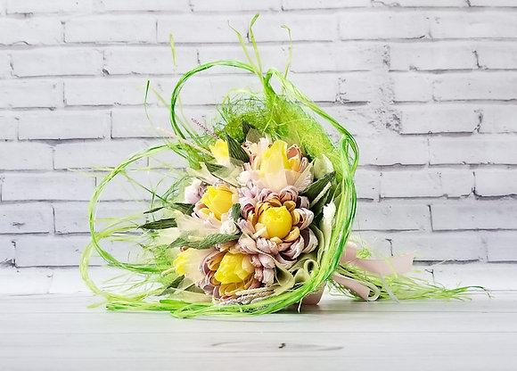 Букет цветов с конфетами Хризантемы