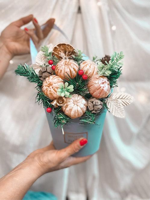 Новогоднее украшение интерьера из мандаринов в кашпо