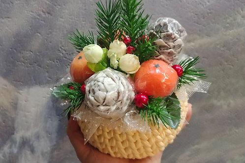 Новогодняя корзина с мандаринами и шишками