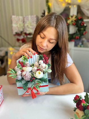Новогодняя композиция из шишек в конверте