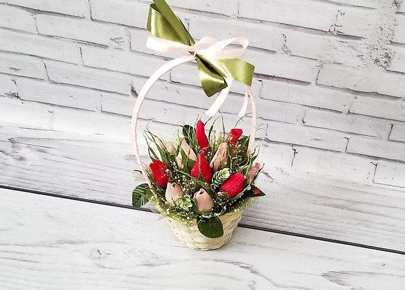 Букет цветов с конфетами из роз в плетенной корзинке