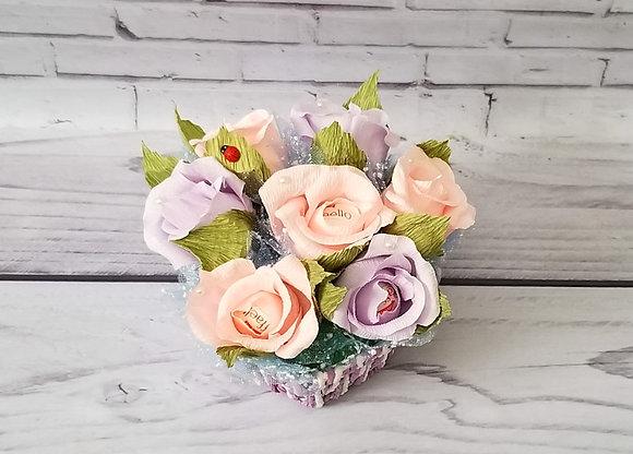 Букет роз с конфетами в корзине, фиолетовые цвета