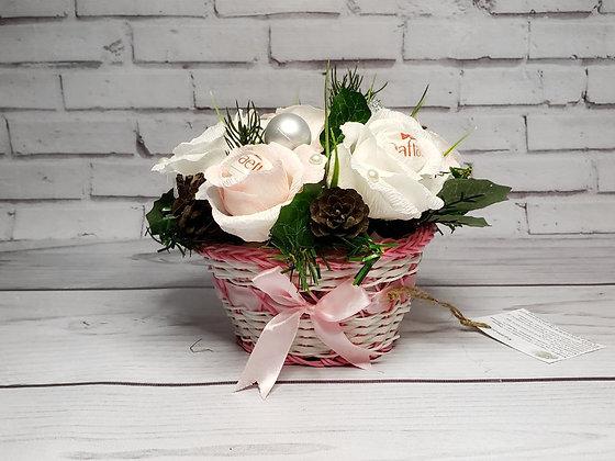 """Букет с конфеткой """"Белые розы в корзинке"""""""
