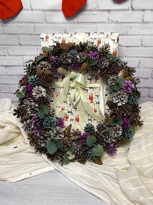 Цветной венок из шишек новогоднее украшение
