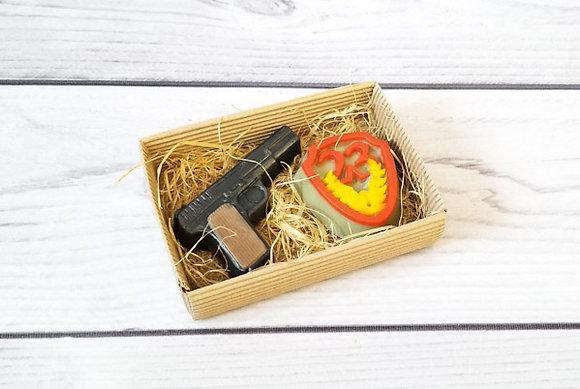 Подарочный набор Защитник из фигурного мыла ручной работы: пистолет; щит; Творческий клуб Мастерская подарков