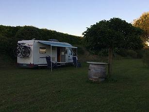 camping car dans terrain.JPG