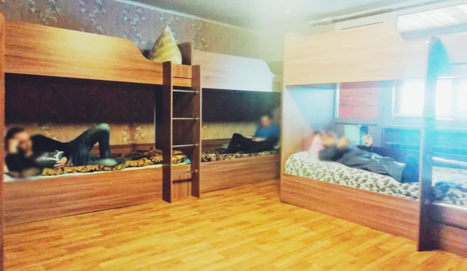 Шестиместная мужская комната.