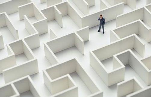 un homme perdu dans un labyrinthe blanc
